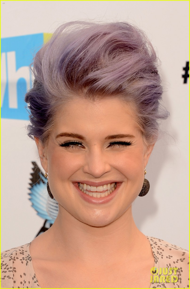 kelly osbourne maria menounos do something awards 2012 blue carpet 14