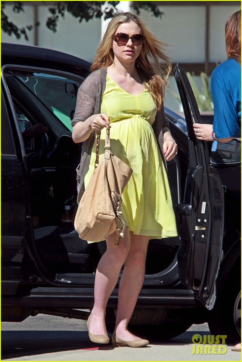 anna paquin yellow dress baby bump 02