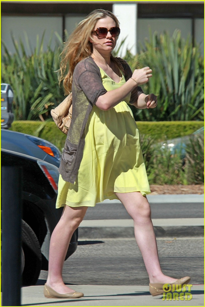 anna paquin yellow dress baby bump 03