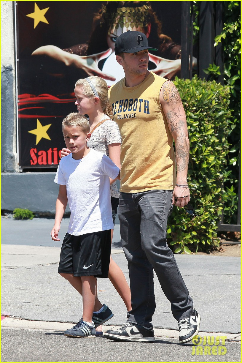 ryan phillippe roscoes chicken with ava deacon 05