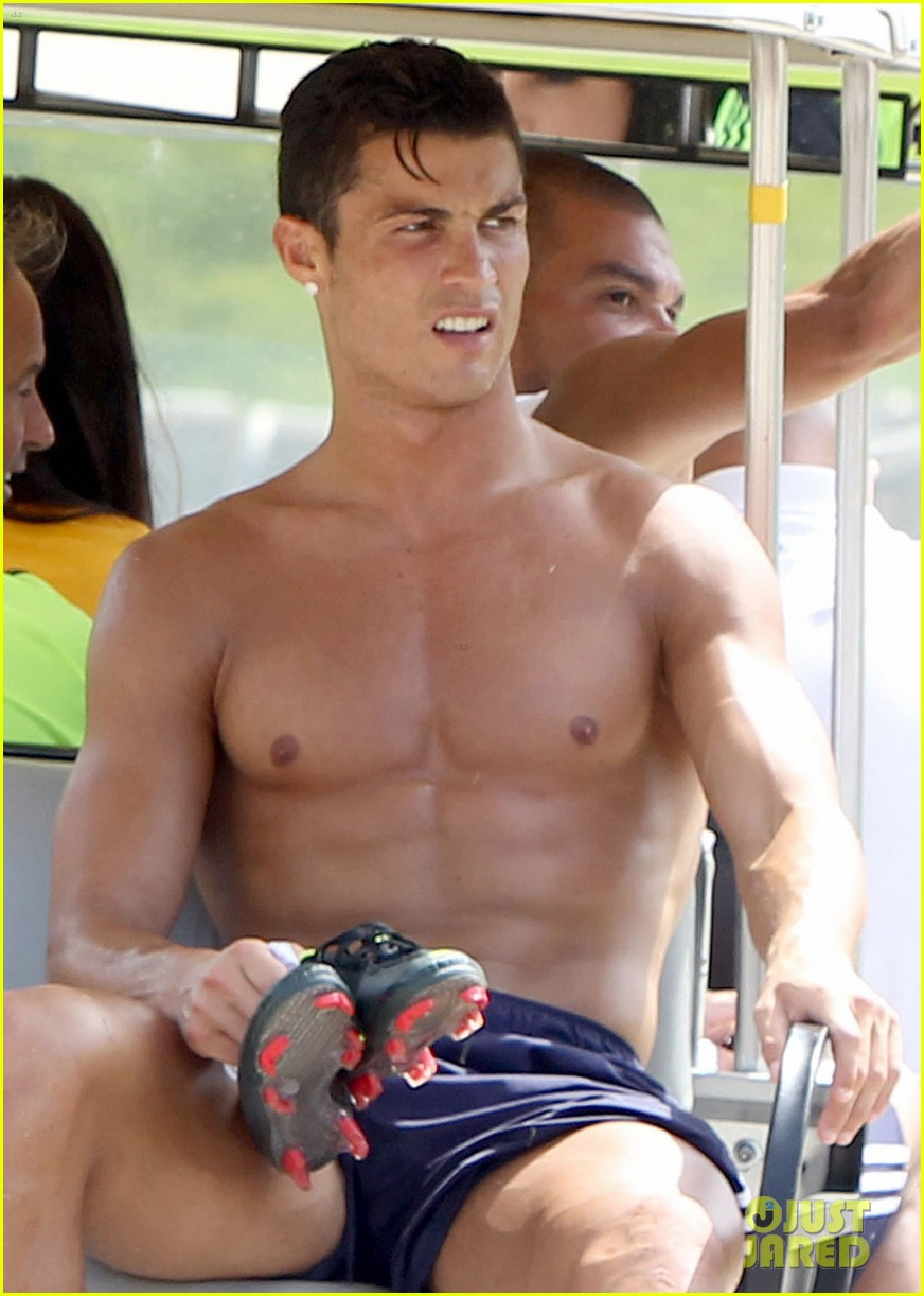 cristiano ronaldo shirtless after practice 03