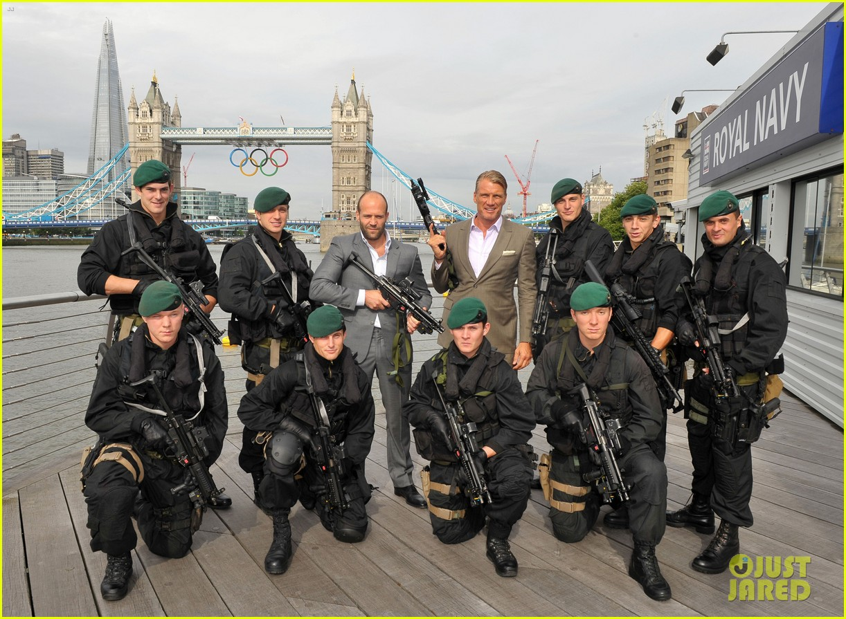 schwarzenegger stallone statham expendables 2 london photo call 02