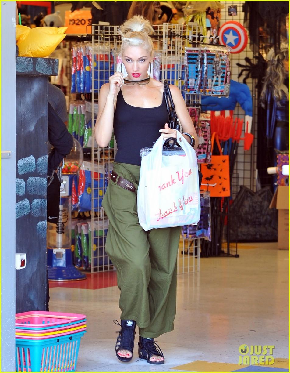 gwen stefani halloween shopping with kingston zuma 02