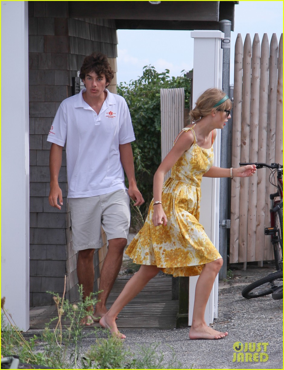 taylor swift runs in hyannis port 03