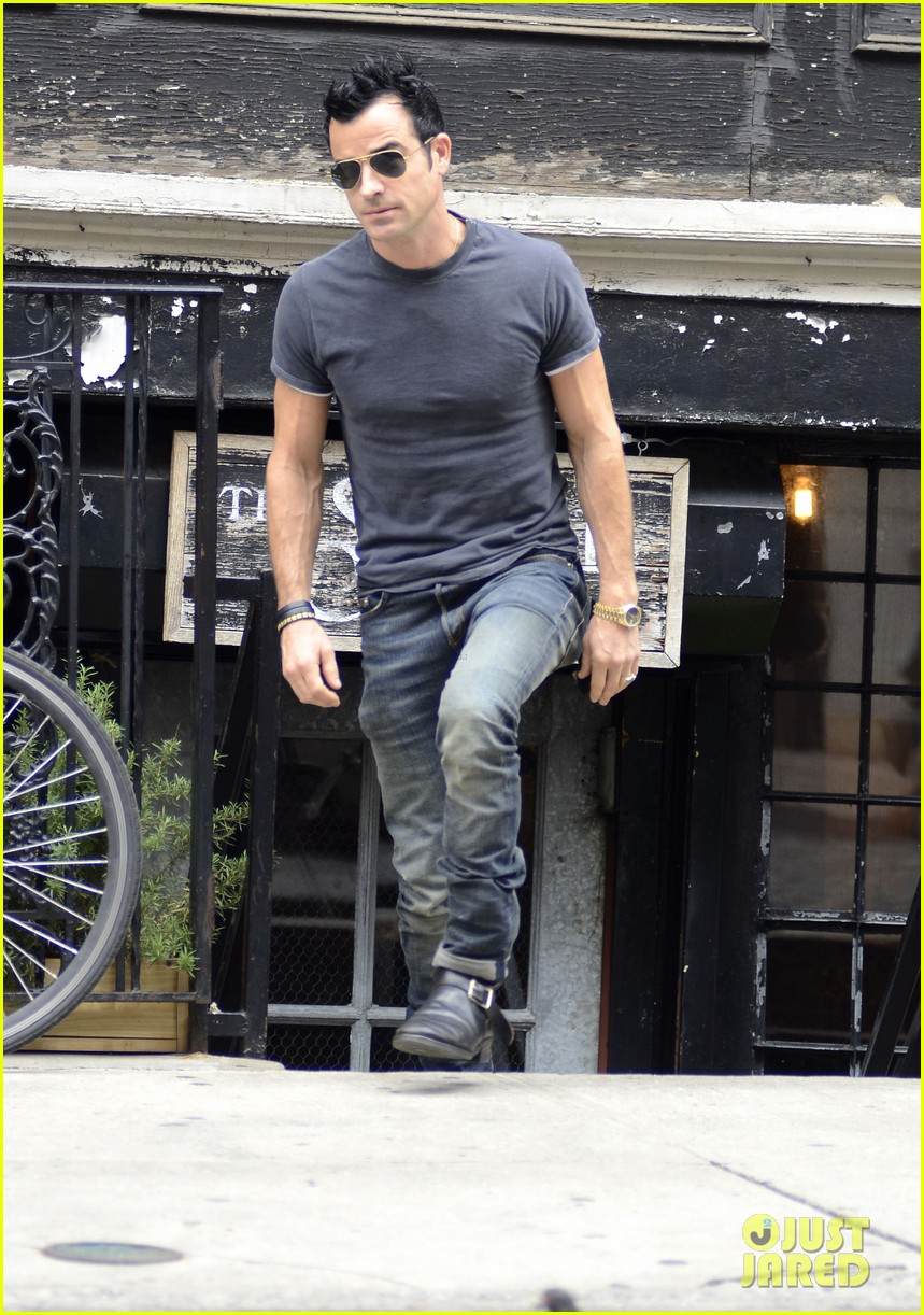 justin theroux steps out post engagement 012704874