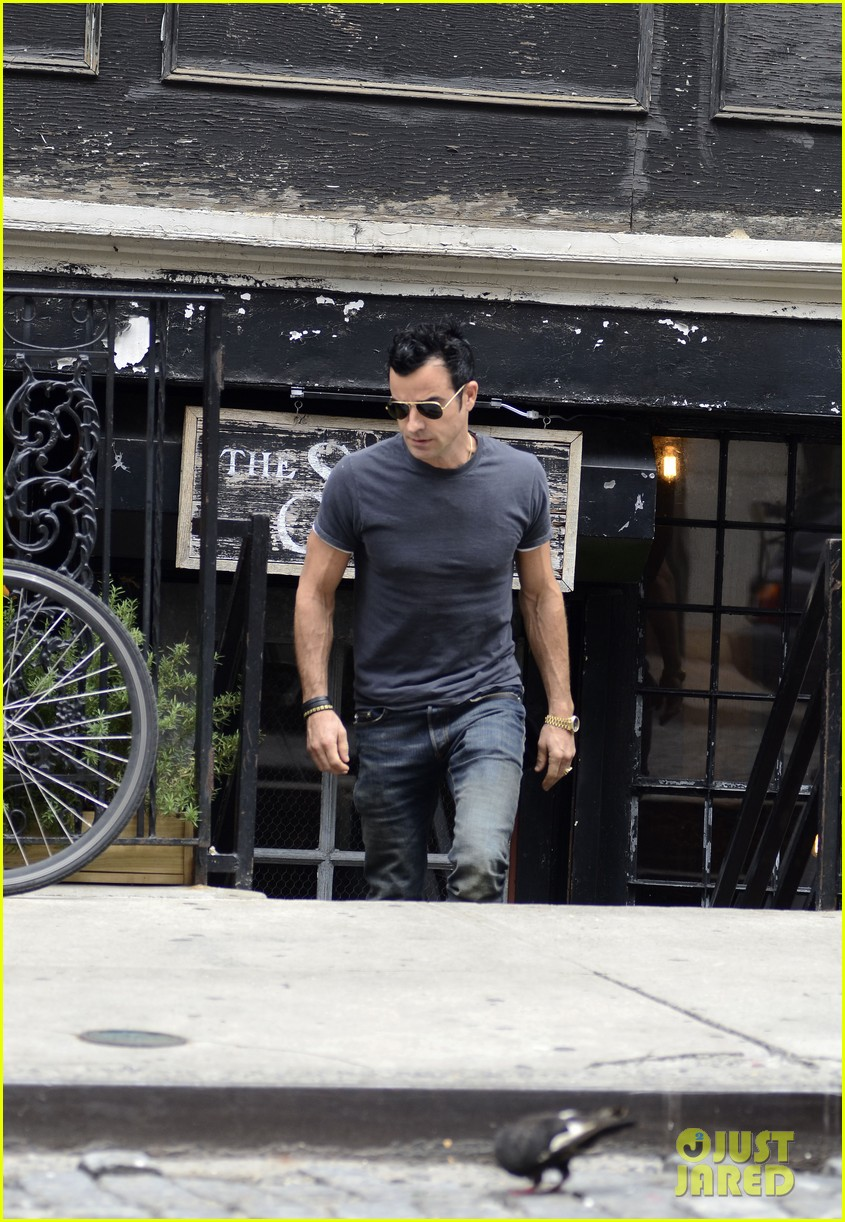 justin theroux steps out post engagement 082704881