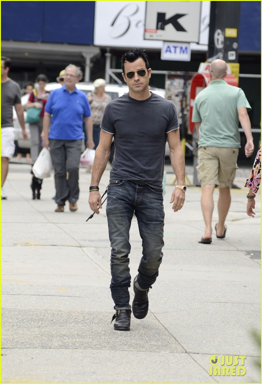 justin theroux steps out post engagement 13