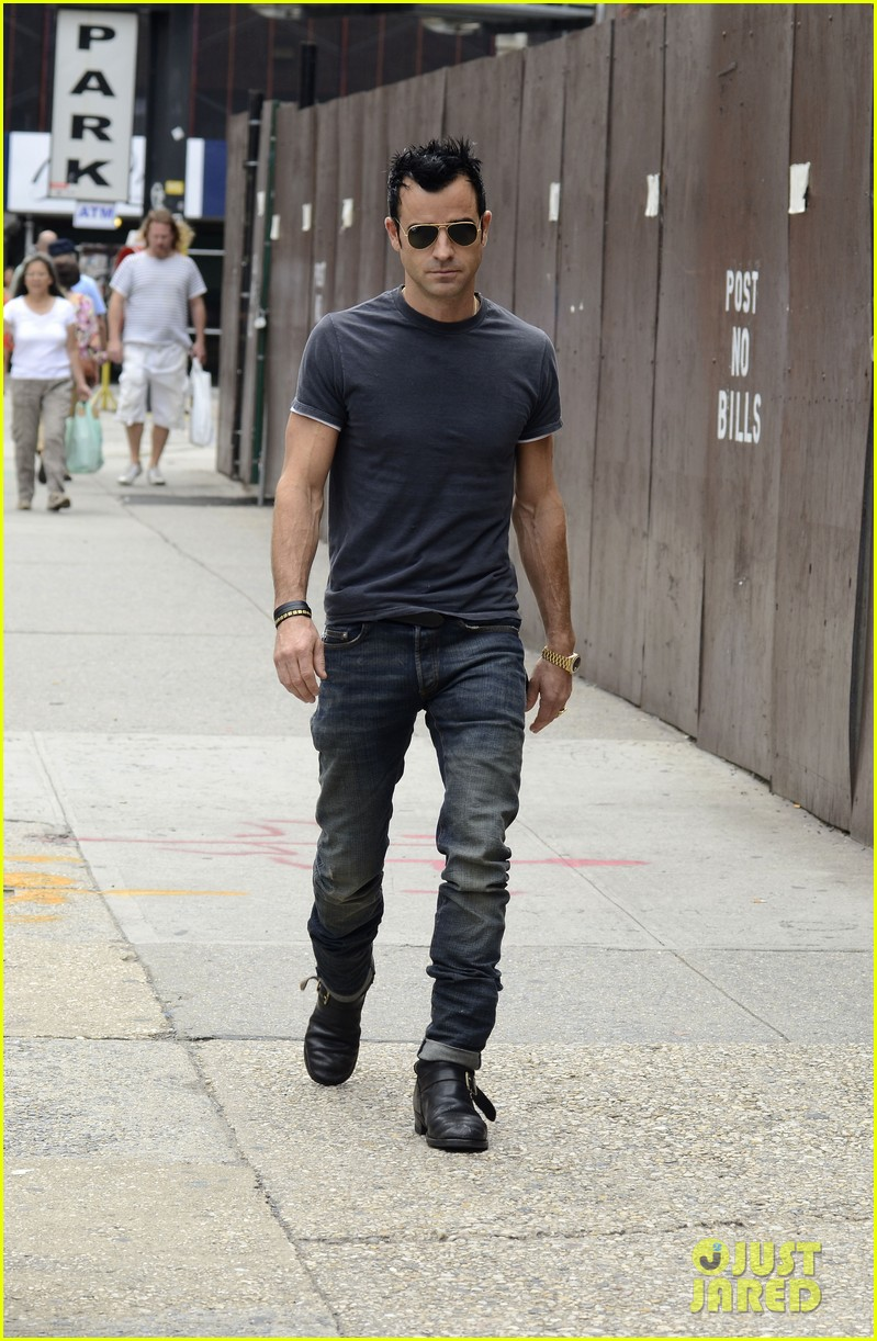 justin theroux steps out post engagement 15