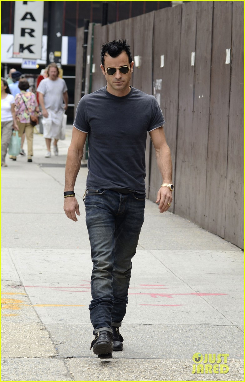 justin theroux steps out post engagement 16
