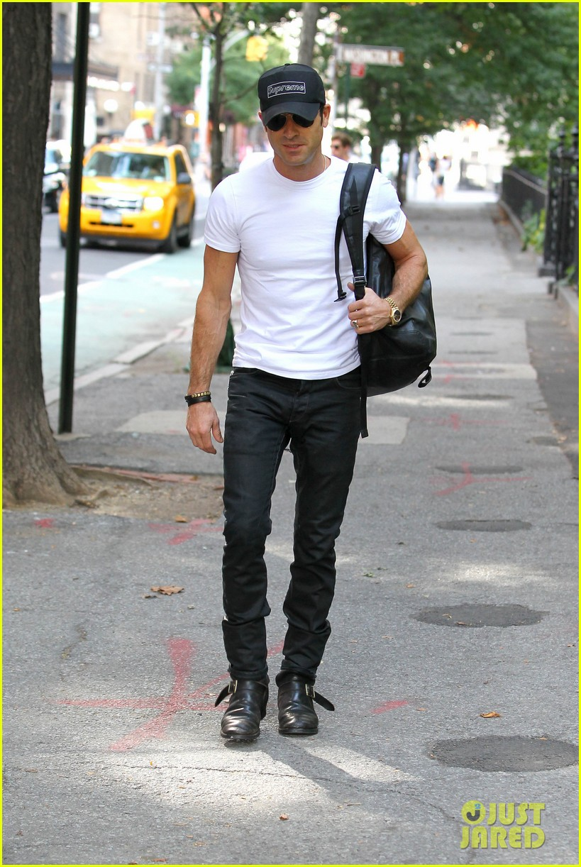 justin theroux reigns supreme in washington square park 17
