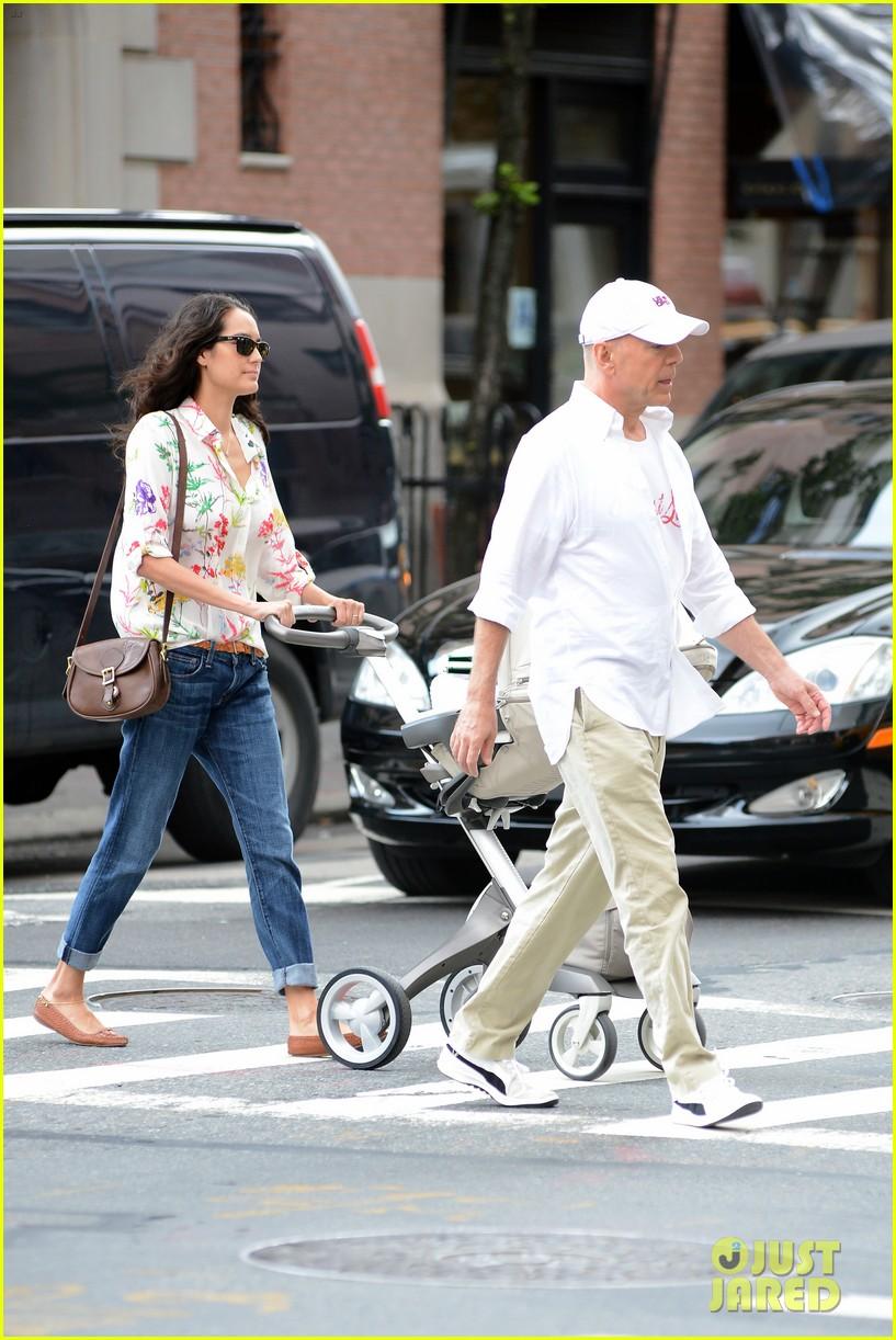 bruce willis emma heming shopping with baby mabel 28
