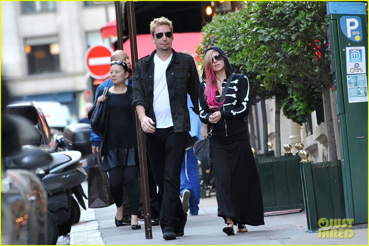 avril lavigne chad kroeger hold hands paris 052721204