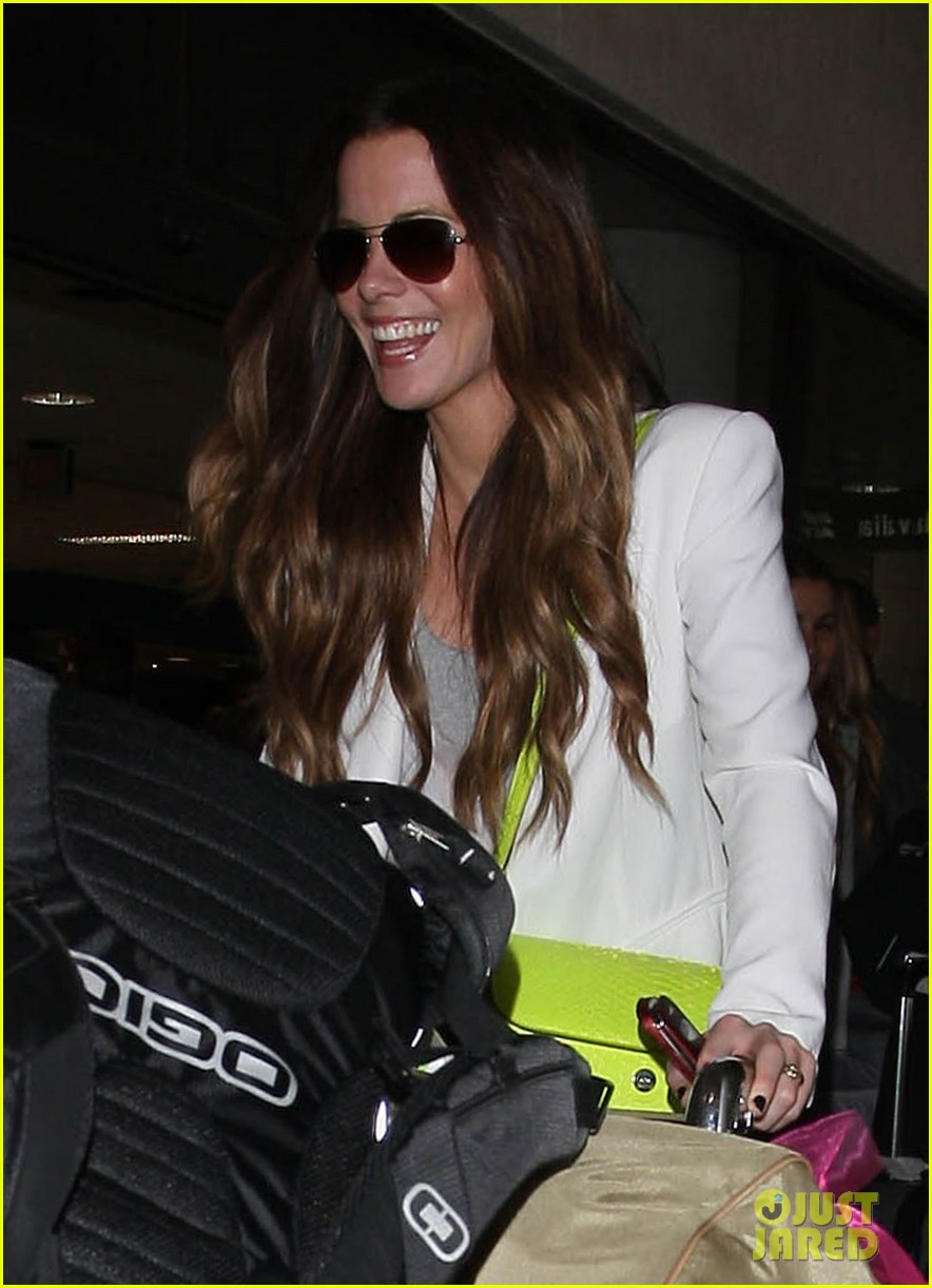 kate beckinsale arrives lax family 02