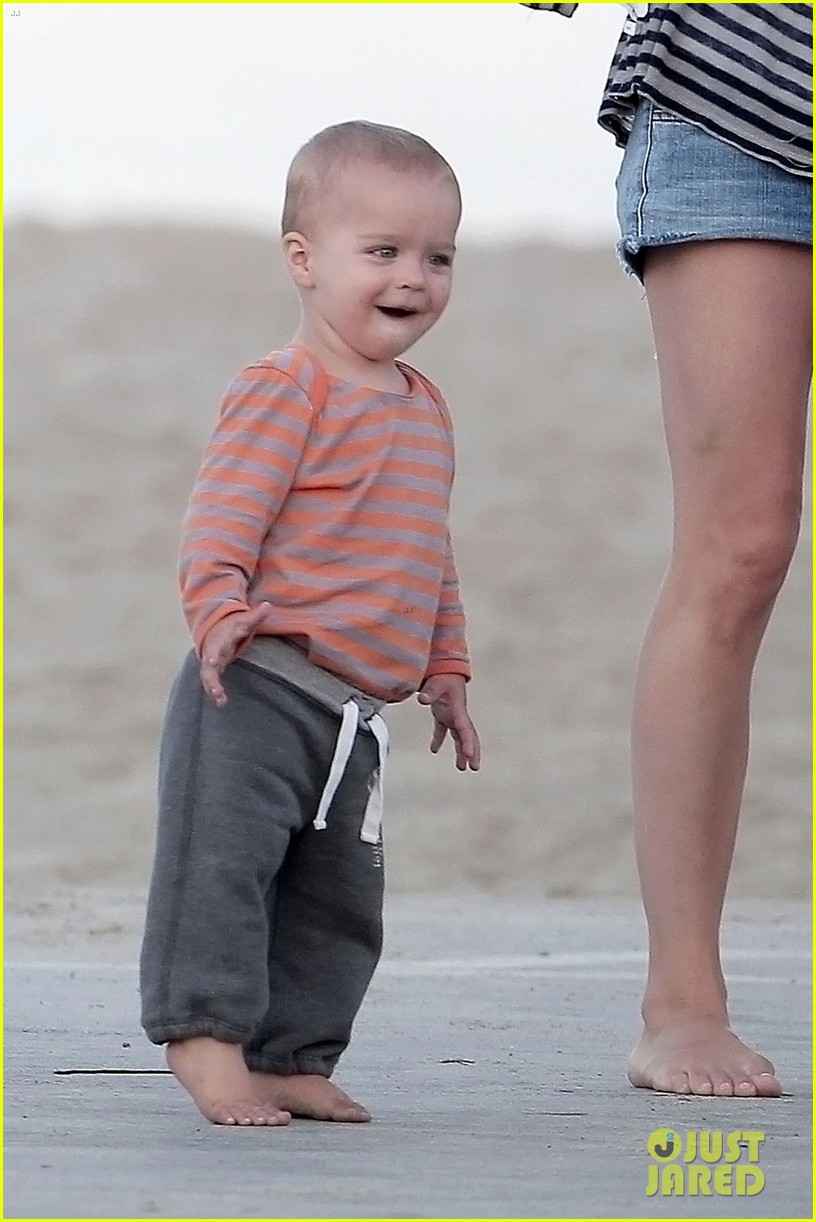 selma blair beach stroll with arthur after split reports 022721306