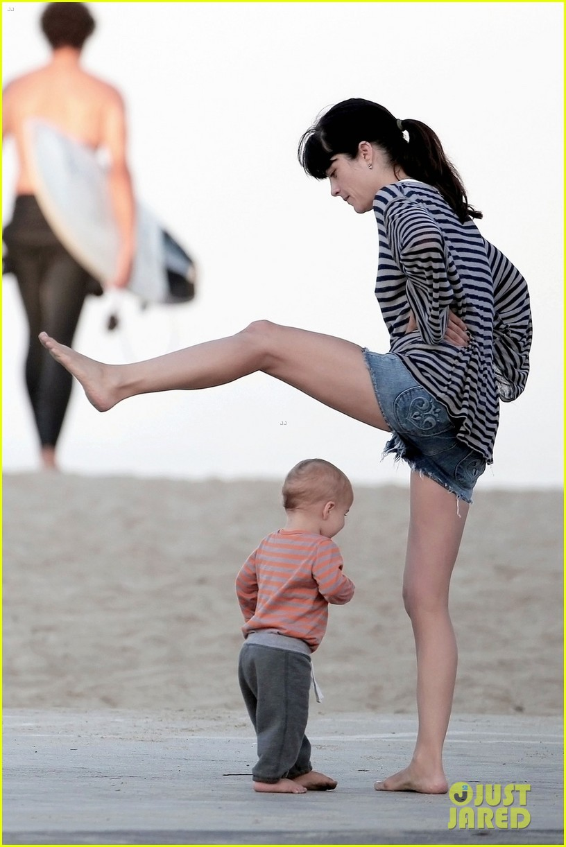 selma blair beach stroll with arthur after split reports 032721307