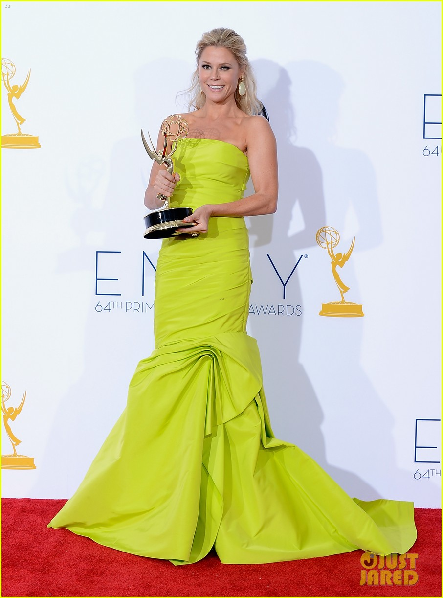 julie bowen eric stonestreet win emmys for modern family 012727288