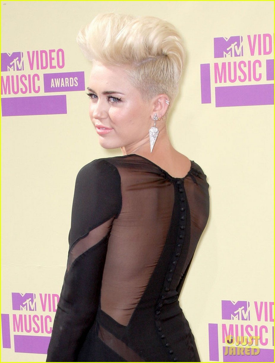 miley cyrus mtv vmas red carpet 02