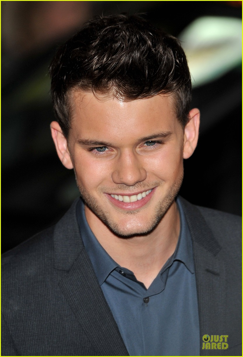 dakota fanning jeremy irvine now is good uk premiere 10