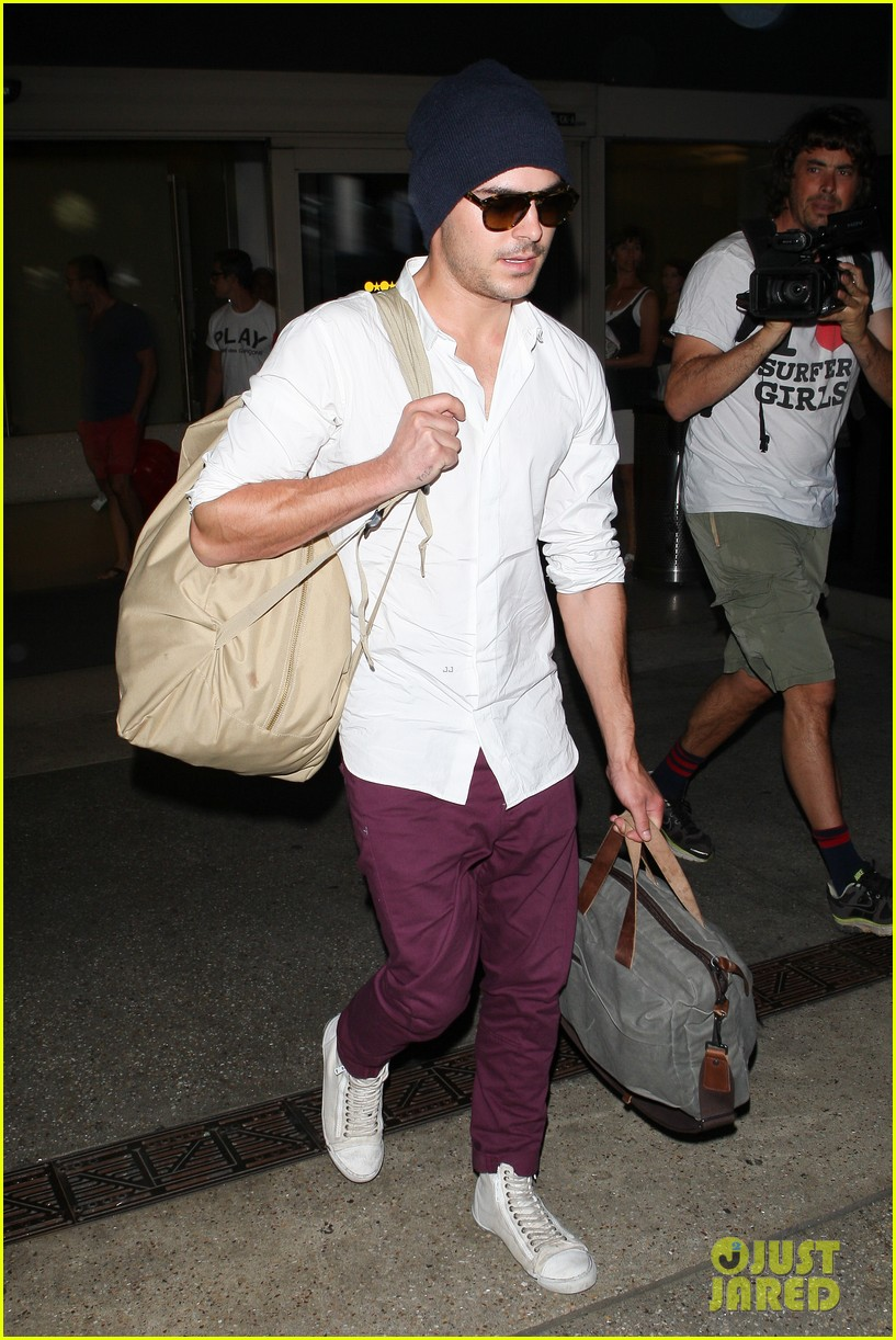 zac efron arrives home from venice 04