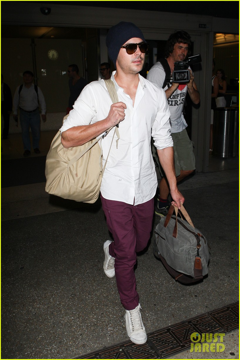 zac efron arrives home from venice 07