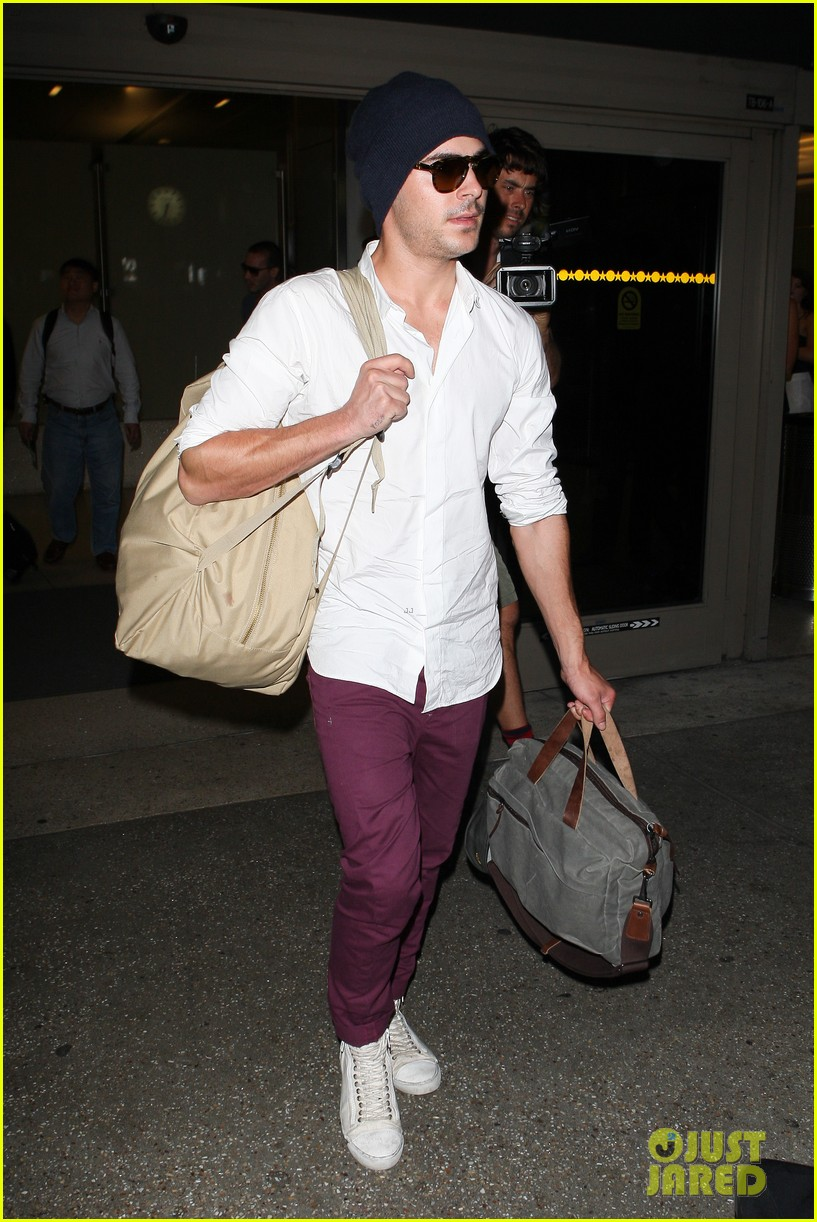 zac efron arrives home from venice 082713650