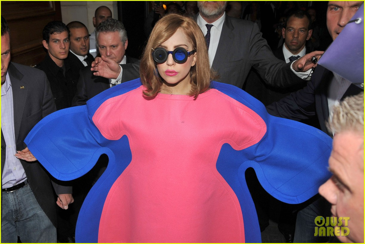 lady gaga pink blue dress in france 02
