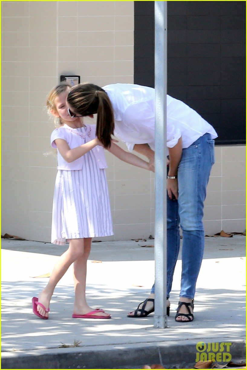 jennifer garner kisses for violet 15
