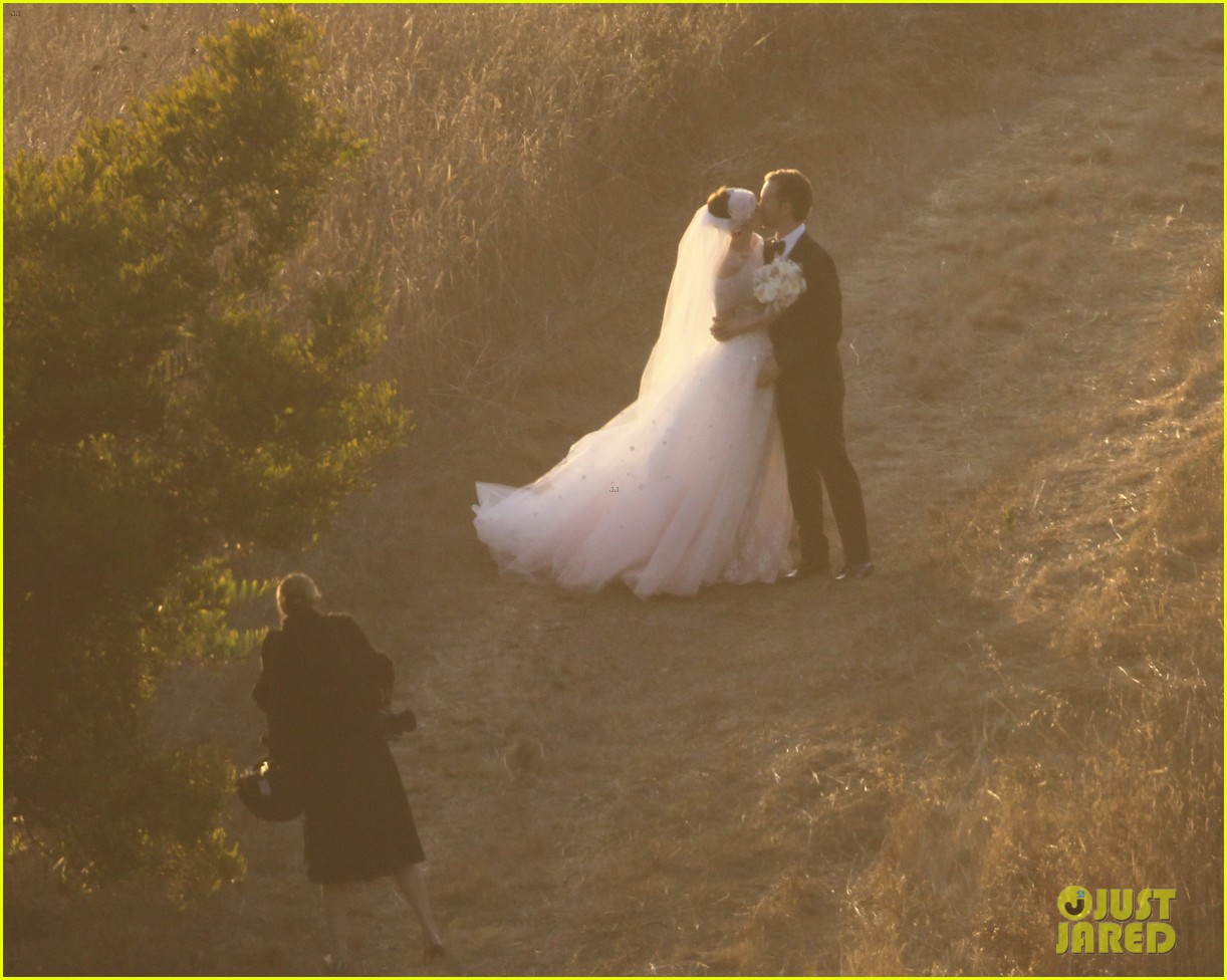 anne hathaway wedding pictures adam shulman 122730532