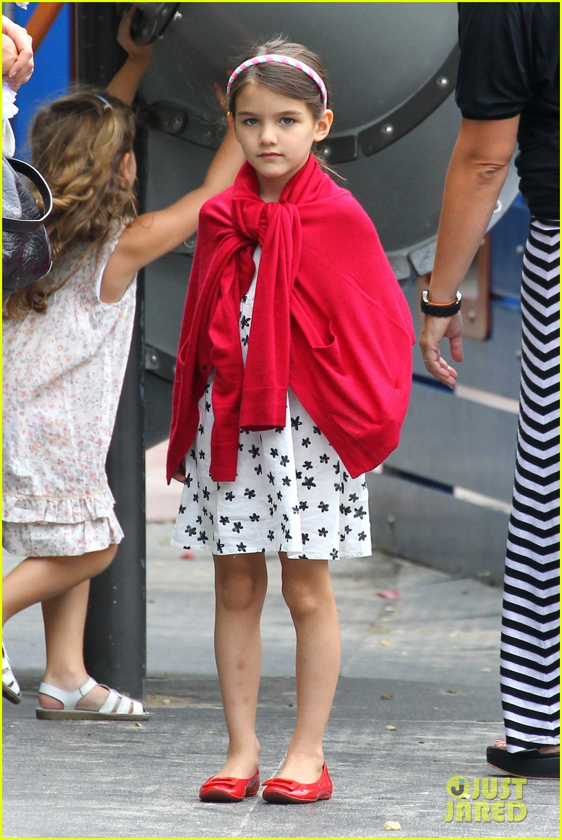 suri cruise katie holmes little red riding hood 05