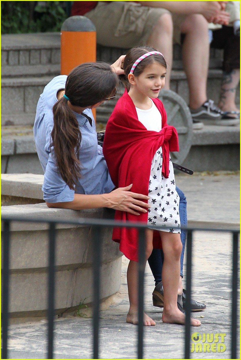 suri cruise katie holmes little red riding hood 122713566