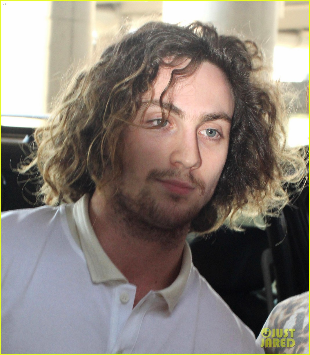 [Image: aaron-taylor-johnson-airport-with-sam-wy...ero-15.jpg]
