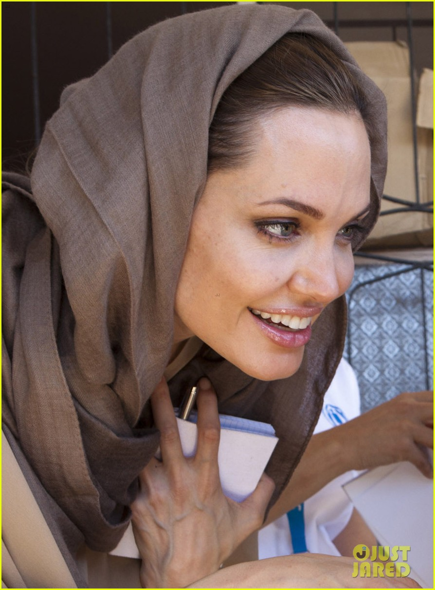 angelina jolie receives gift from iraqi foreign ministry 03
