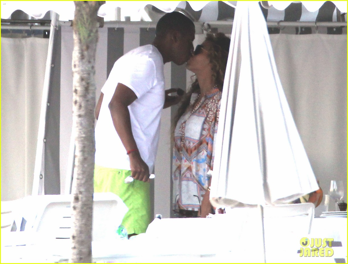 beyonce jay z france kisses with blue ivy 06