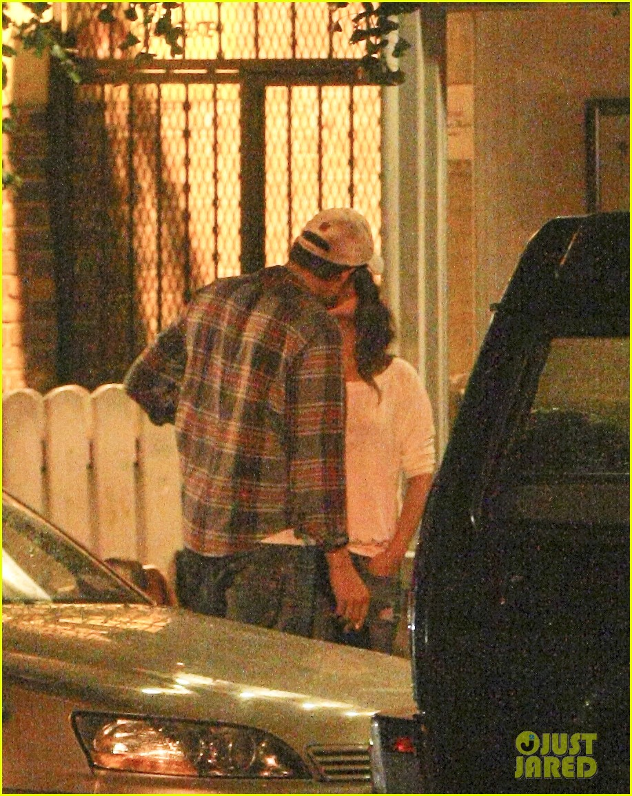 mila kunis ashton kutcher kiss date night 04