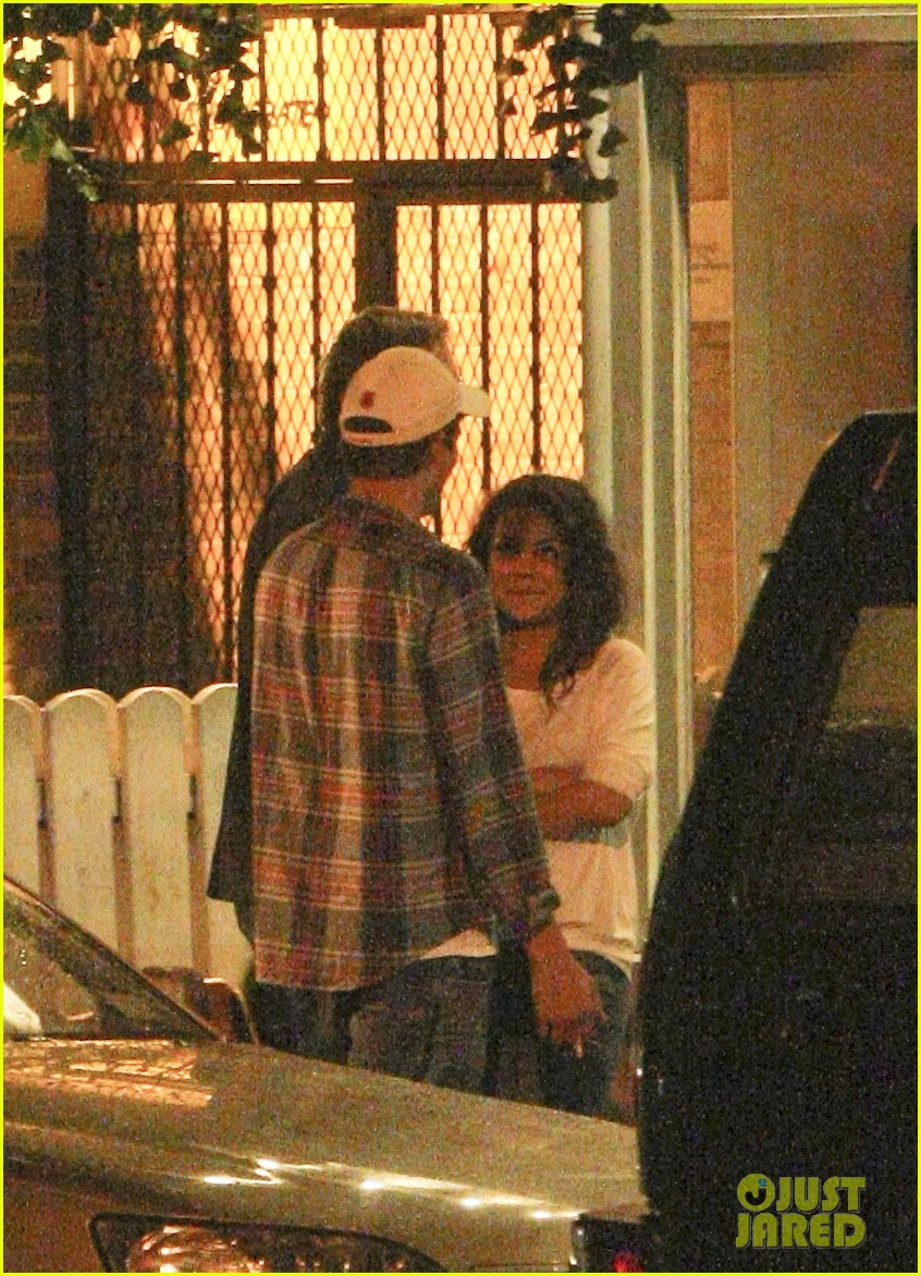 mila kunis ashton kutcher kiss date night 09