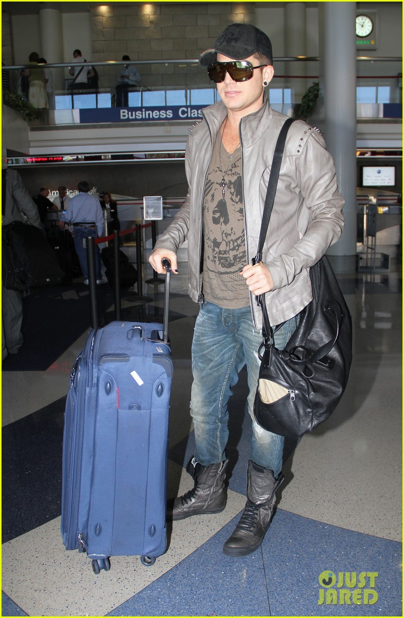 adam lambert catches flight 07