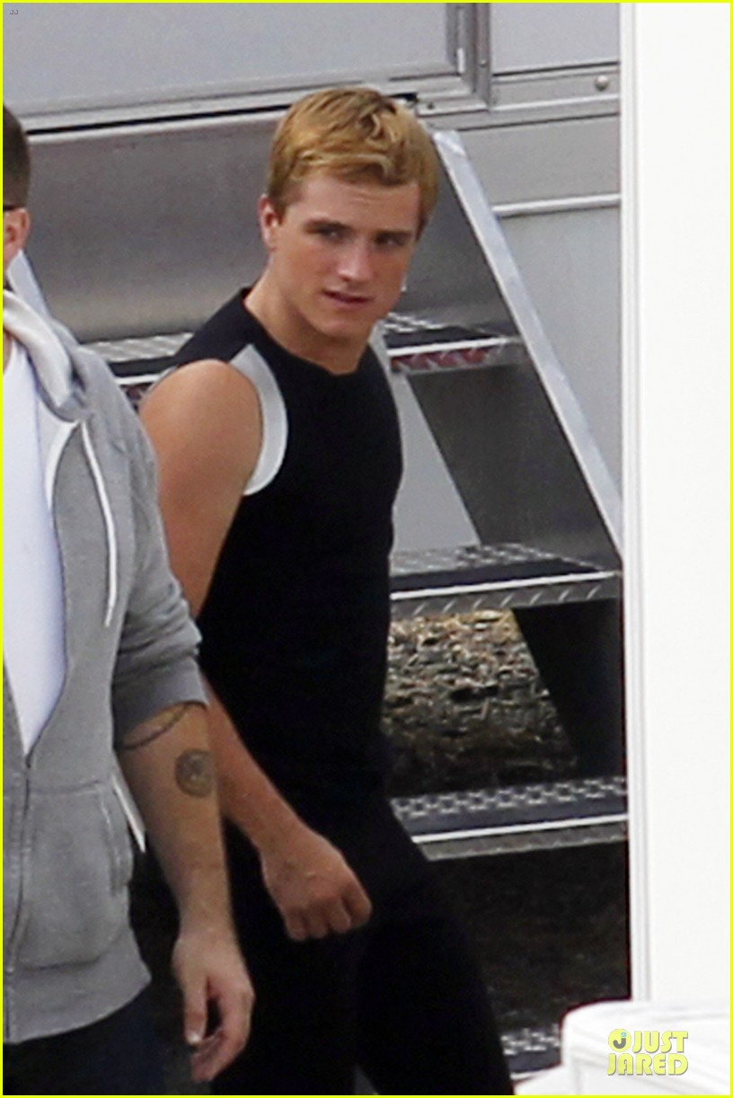 jennifer lawrence shirtless claflin catching fire set 05