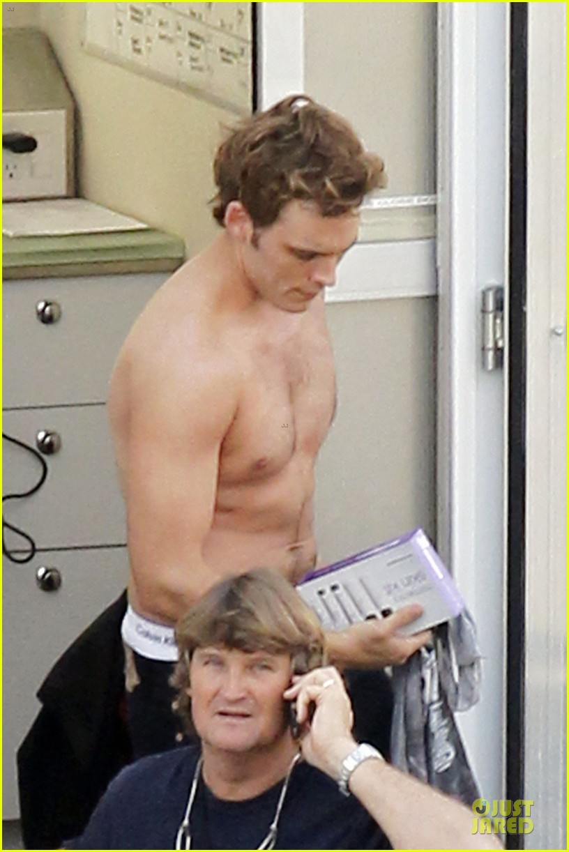 jennifer lawrence shirtless claflin catching fire set 08