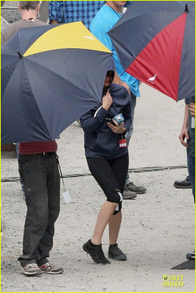 jennifer lawrence shirtless claflin catching fire set 13
