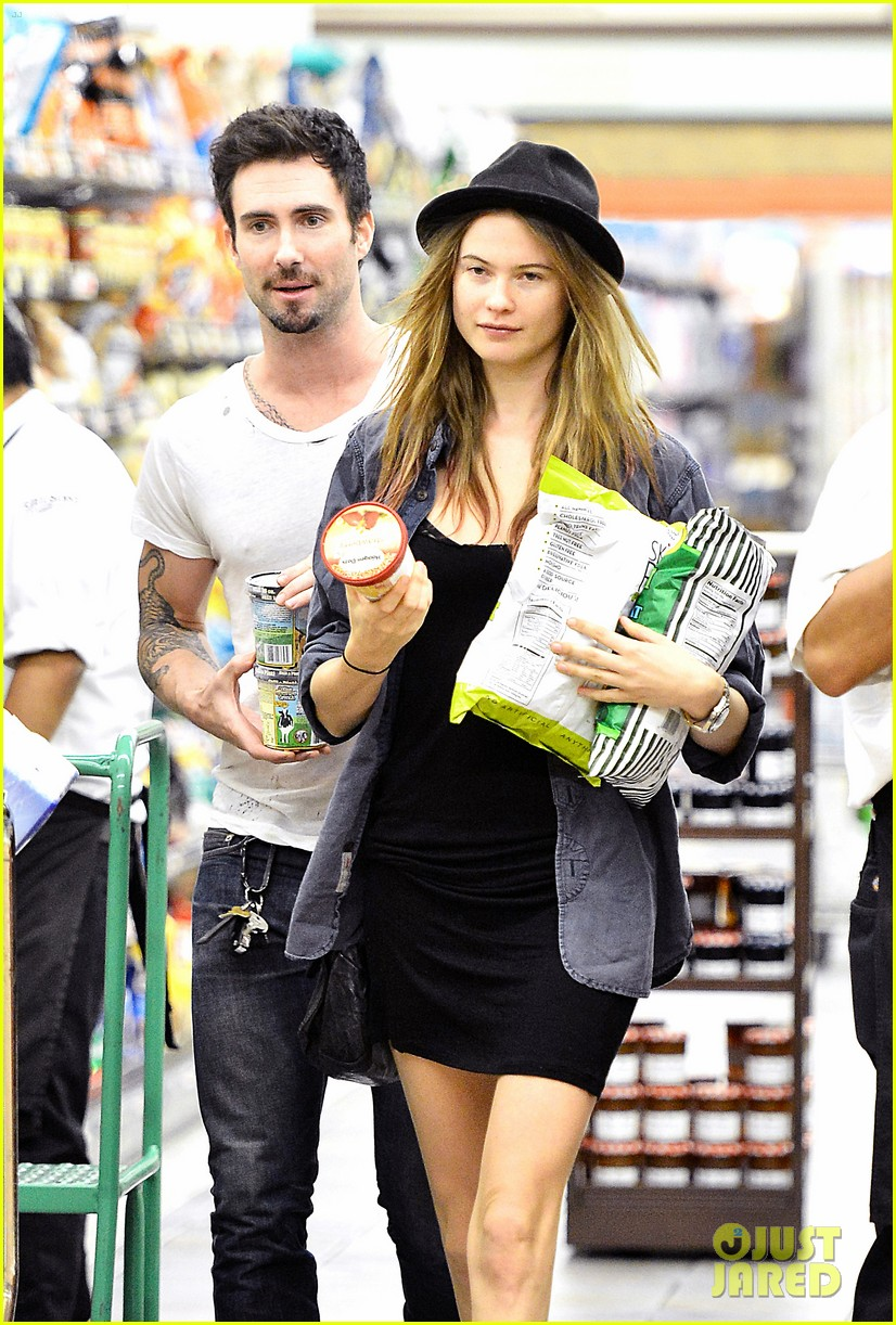 adam levine behati prinsloo stock up snacks 012720207
