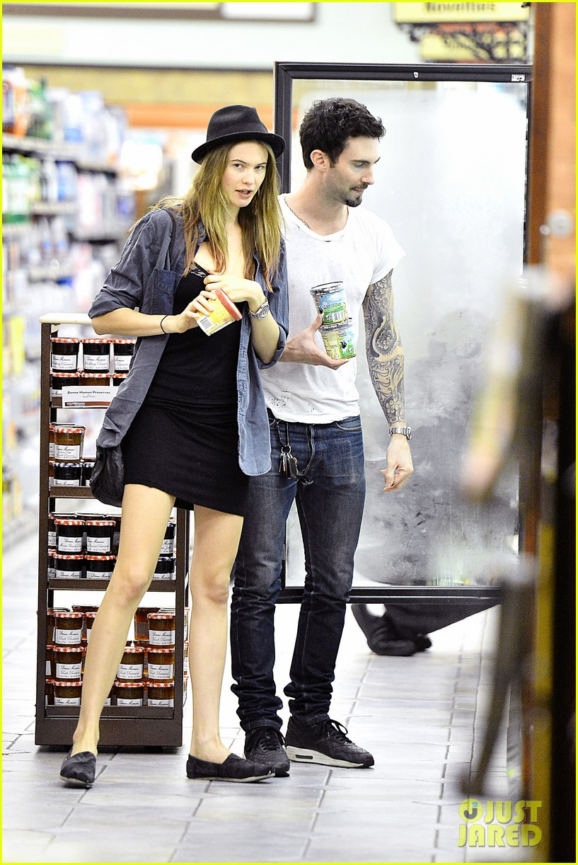 adam levine behati prinsloo stock up snacks 03
