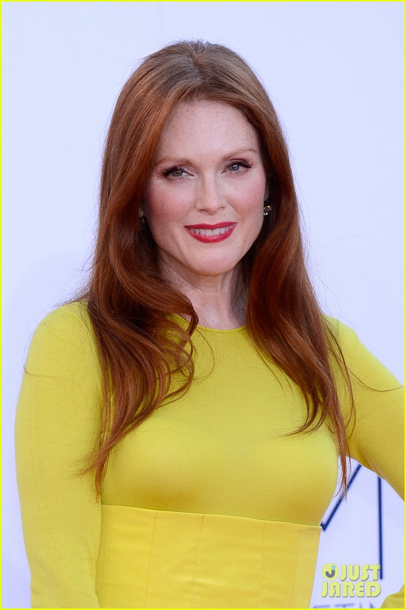 julianne moore emmys 2012 red carpet 02