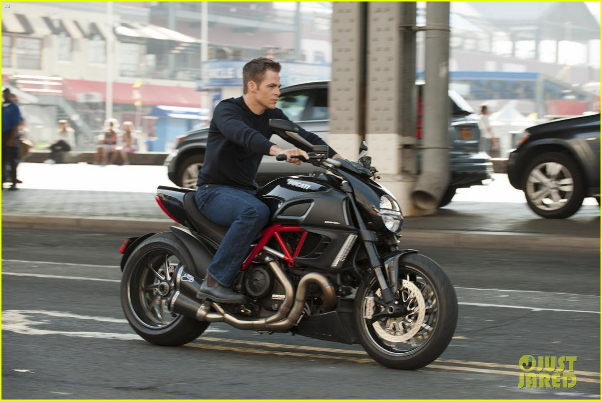 chris pine suits sweat for jack ryan reboot 01
