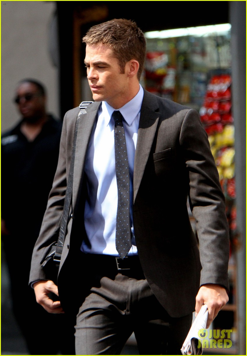 chris pine suits sweat for jack ryan reboot 042712275
