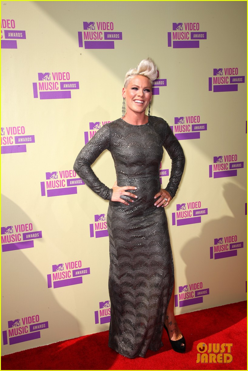 pink carey hart mtv vmas 2012 red carpet 01