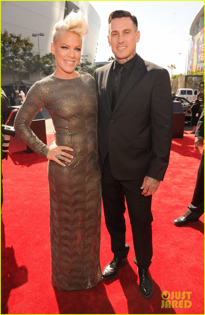 pink carey hart mtv vmas 2012 red carpet 032715571