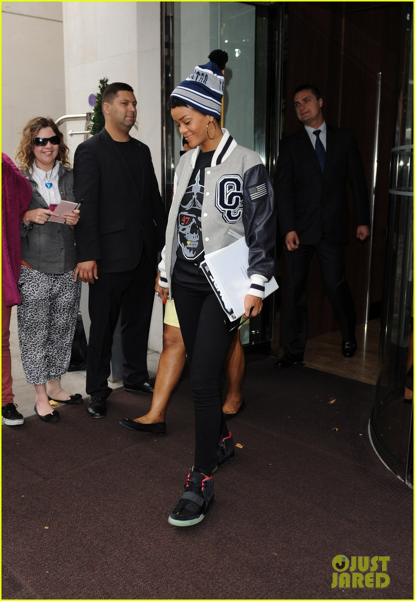 rihanna heads to heathrow 03