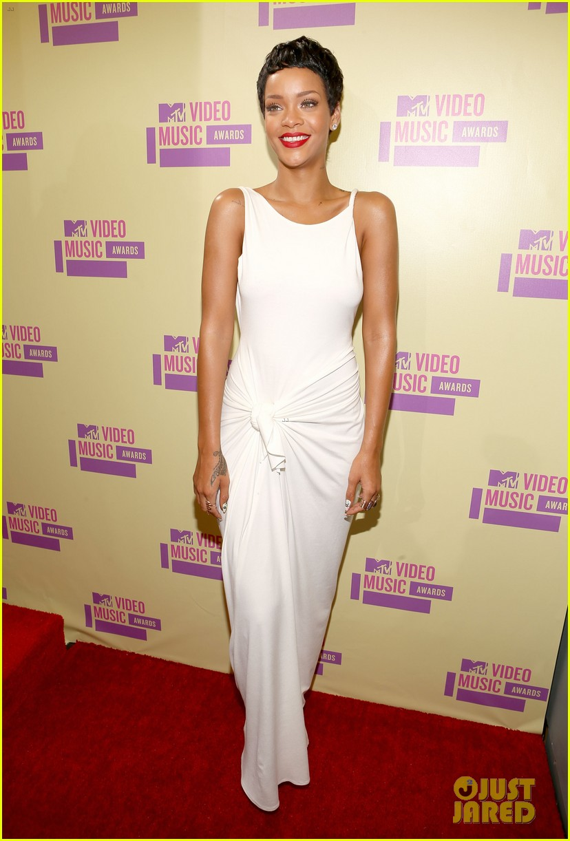 rihanna debuts new short hair on mtv vmas red carpet 01