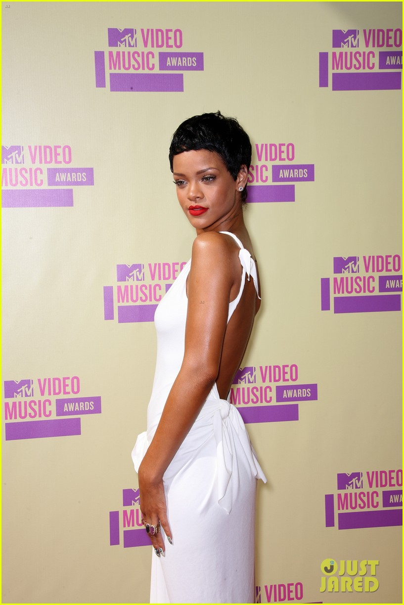 rihanna debuts new short hair on mtv vmas red carpet 05
