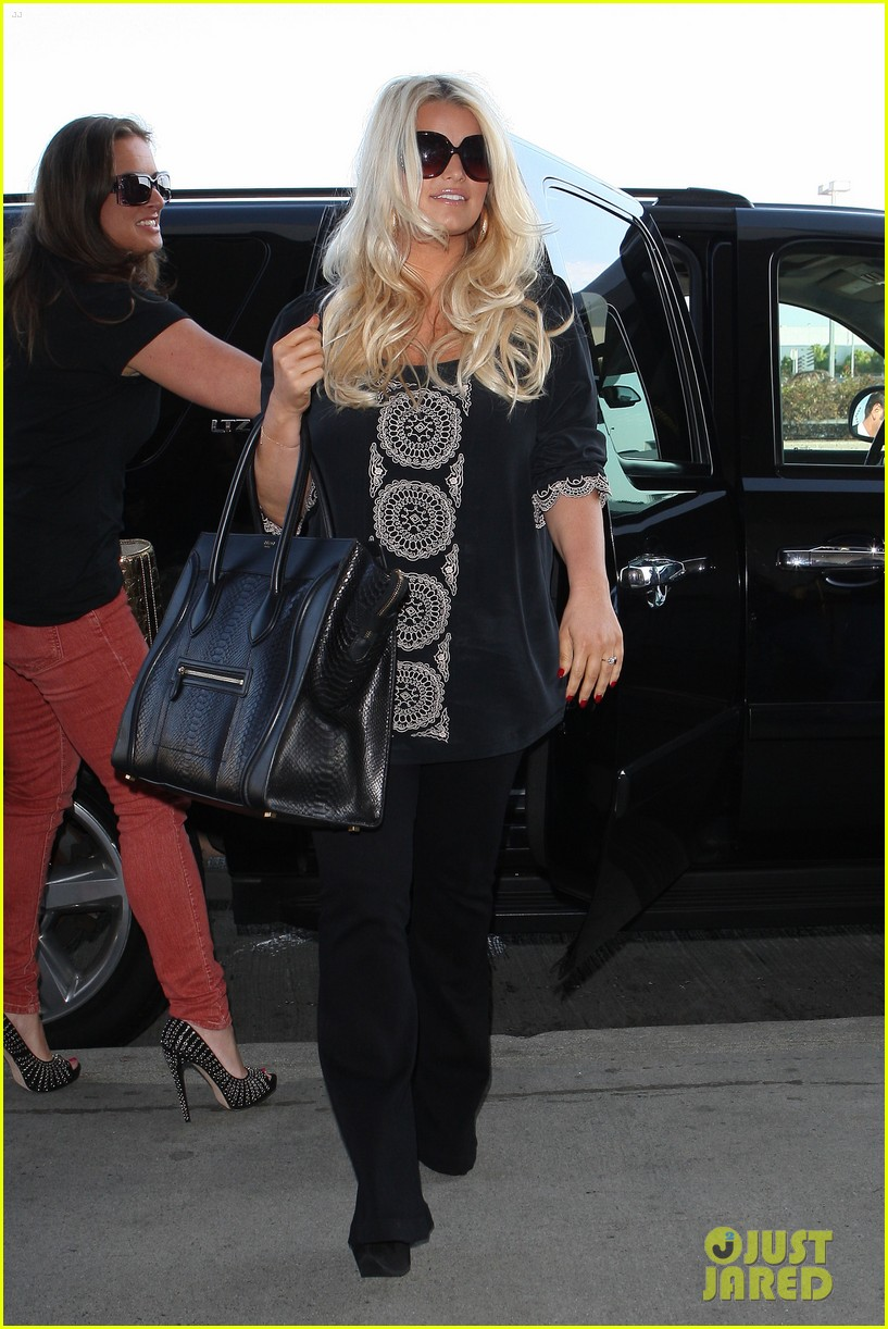 jessica simpson flies ashlee simpson hosts fiji event 03